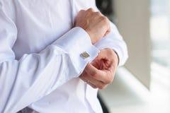 Le mâle boutonne des boutons de manchette Image stock