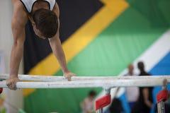 Le mâle de gymnastique barre le plan rapproché principal de bras images libres de droits