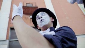 Le mâle de pantomime pleure et course loin clips vidéos