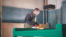 Le mâle de travailleur rectifiant le mécanisme en acier sur l'industrie image libre de droits