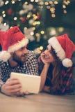 Le mâle et la femelle apprécient dans des relations d'amour ensemble Images stock