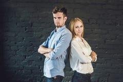 le mâle et la femelle d'équipe d'affaires ont formé du jeune standi d'hommes d'affaires Photo stock