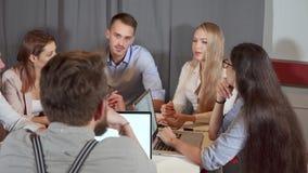 Le mâle et les collègues féminins causent au briefing dans le bureau clips vidéos