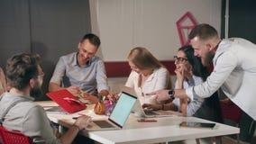 Le mâle et les employés de bureau féminins rient sur la réunion de fonctionnement banque de vidéos