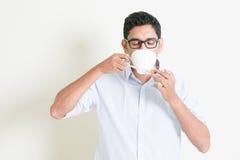 Le mâle indien d'affaires occasionnelles boit du café Image libre de droits