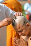 Le mâle pour qui soyez moine rasant des cheveux soit ordonné image stock