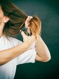 Le mâle remet couper de longs cheveux Photos stock