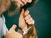 Le mâle remet couper de longs cheveux Photo stock
