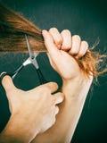 Le mâle remet couper de longs cheveux Images stock