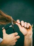 Le mâle remet couper de longs cheveux Photographie stock