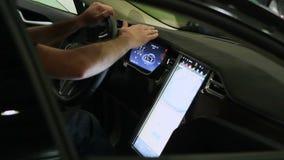 Le mâle remet le panneau émouvant de la nouvelle automobile électrique équipée des technologies modernes clips vidéos
