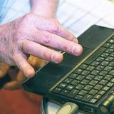 Le mâle remettent le clavier de l'ordinateur portable image stock