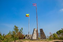 Le mât de drapeau avec le drapeau de la Thaïlande et du Myanmar image stock