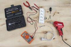 Le mètre électrique d'outils, le fer à souder, les clés et les matériaux électriques, diviseur, câblent électrique, étain et les  photos stock