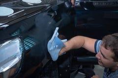 Le mécanicien automobile polit la voiture dans le service automatique images libres de droits