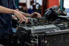 Le mécanicien de voiture ouvrent le chapeau d'huile photos libres de droits