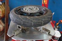 Le mécanicien enlève le plan rapproché de pneu Photo stock