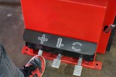 Le mécanicien enlève le plan rapproché de pneu Photographie stock