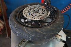 Le mécanicien enlève le plan rapproché de pneu Images stock