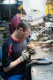 Le mécanicien entre dans la condition pour remplir de la bouteille photographie stock libre de droits