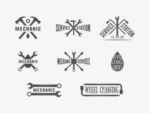 Le mécanicien et la voiture de vintage entretiennent des logos, des emblèmes, des insignes, des labels, des marques, des copies e illustration de vecteur
