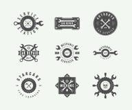 Le mécanicien et la voiture de vintage entretiennent des logos, emblèmes, insignes, labels, illustration libre de droits