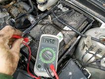 Le mécanicien mesure la tension de charge photographie stock