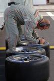 Le mécanicien prépare des pneus Images libres de droits