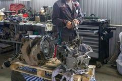 Le mécanicien répare le bloc de valve du ` s de moteur de la voiture à un centre d'entretien automobile photo libre de droits