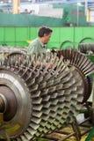 Le mécanicien travaille avec des pièces de moteur d'aviation images libres de droits