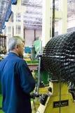 Le mécanicien travaille avec une partie de moteur d'aviation images libres de droits