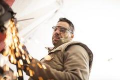 Le mécanicien travaille dans l'atelier photo libre de droits
