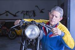 Le mécanicien vérifie les freins de motocyclette Images stock