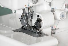 Le mécanisme de l'aiguille du plan rapproché de machine à coudre Foyer sur l'aiguille Images stock