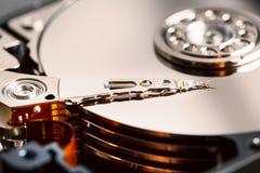 Le mécanisme de l'intérieur de l'unité de disque dur démontée à partir d'un ordinateur avec un effet de miroir et une tête de lec photographie stock