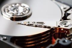 Le mécanisme de l'intérieur de l'unité de disque dur démontée à partir d'un ordinateur avec un effet de miroir et une tête de lec image stock