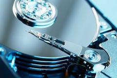 Le mécanisme de l'intérieur de l'unité de disque dur démontée à partir d'un ordinateur une unité de disque dur avec un effet de m photo libre de droits