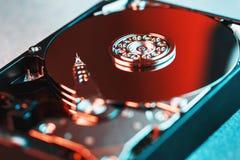 Le mécanisme de l'intérieur de l'unité de disque dur démontée à partir d'un ordinateur, d'une unité de disque dur avec un effet d photographie stock libre de droits