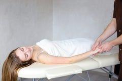 Le médecin expérimenté de type applique manuellement la méthode manuelle de massage Photographie stock
