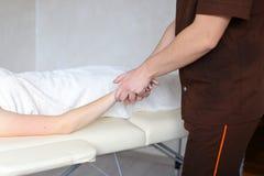 Le médecin expérimenté de type applique manuellement la méthode manuelle de massage Photos stock