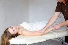 Le médecin expérimenté de type applique manuellement la méthode manuelle de massage Image stock