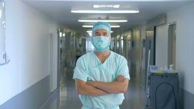 Le médecin masculin se tient avec ses bras croisés dans un hall d'hôpital clips vidéos