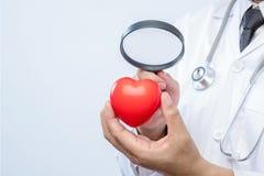 Le médecin professionnel tenant une loupe vérifient  Image libre de droits