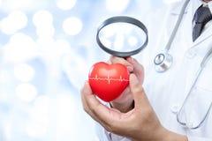 Le médecin professionnel tenant une loupe vérifient  Images libres de droits