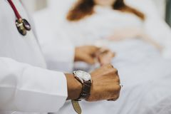 Le médecin vérifiant ses patients palpitent images libres de droits