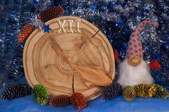 Le mélèze a vu pour couper sous forme de cadran avec des flèches, cônes de sapin peints Photo libre de droits