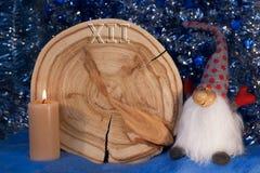 Le mélèze a vu pour couper sous forme de cadran avec des flèches, le gnome et le burning Photos libres de droits