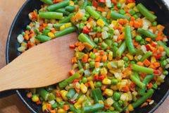 Le mélange coloré des légumes est fait frire dans une fin de poêle  Photographie stock
