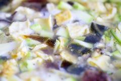 Le mélange cuted vers le haut des légumes et des viandes et des oeufs dans la casserole Image stock