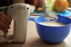 Le mélangeur électrique bat l'oeuf Image stock